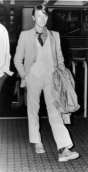 男性一人「David Bowie Walking In Sweater & Blazer」:写真・画像(19)[壁紙.com]