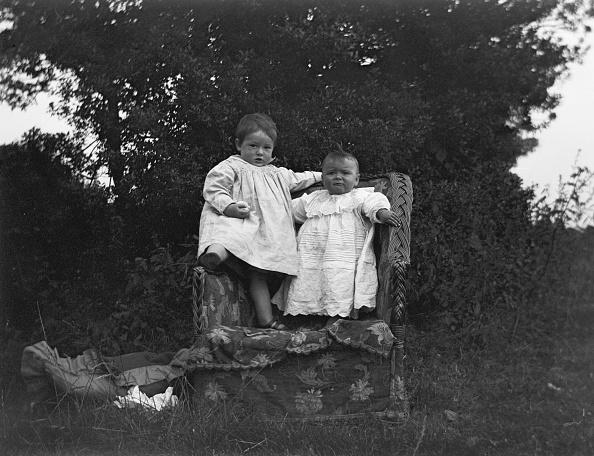 Upholstered Furniture「Children On Wicker Chair」:写真・画像(17)[壁紙.com]