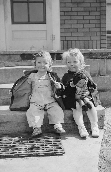Showing Off「Two Children With Rag Doll」:写真・画像(7)[壁紙.com]