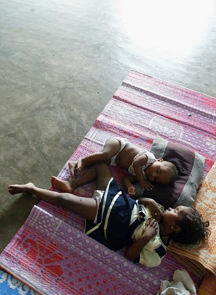 全身「Tsunami Relief Effort Continues In Sri Lankan Refugee Camps」:写真・画像(7)[壁紙.com]