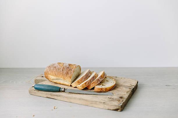 Loaf of sliced bread on a chopping board:スマホ壁紙(壁紙.com)