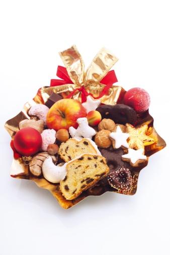 チョコレート「Plate full of cookies, fruits and gifts, close-up」:スマホ壁紙(14)