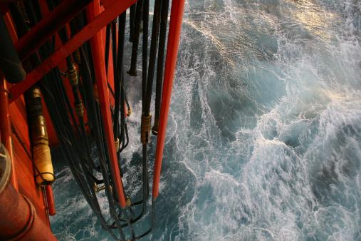 Industrial Hose「oil rig platform view down to sea and pontoon hoses」:スマホ壁紙(16)