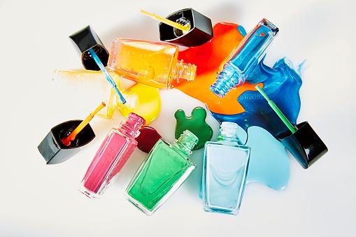 ファッション・コスメ「Six different colored nail polishes pouring out liquid pooling in center」:スマホ壁紙(4)