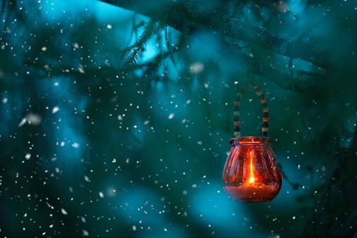 雪の結晶「木の枝からぶら下がっているキャンドル ランタン」:スマホ壁紙(9)
