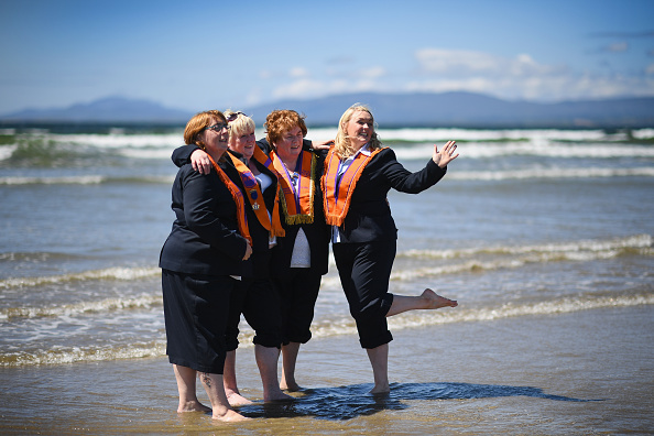 County Donegal「Members Of The Orange Order March Across The Sand At Rossnowlagh」:写真・画像(7)[壁紙.com]