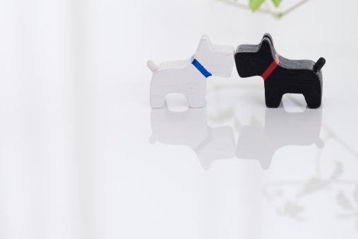 Figurine「Dog figurines kissing」:スマホ壁紙(15)