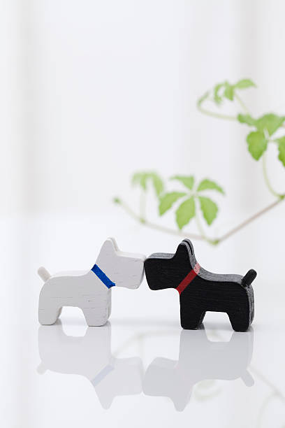 Dog figurines kissing:スマホ壁紙(壁紙.com)