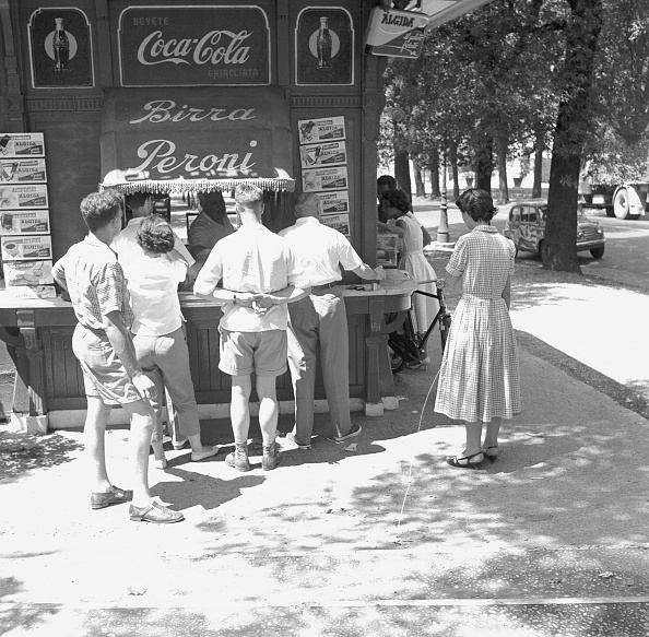 Waiting「Thirsty people buying a drink at the kiosk in Rome in a very hot day, 1958」:写真・画像(6)[壁紙.com]