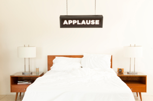 """Duvet「""""Applause"""" sign hanging over bed.」:スマホ壁紙(11)"""