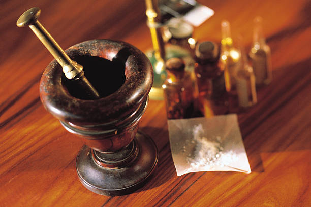 Mortar and pestle with ampoules and powdered medicine:スマホ壁紙(壁紙.com)