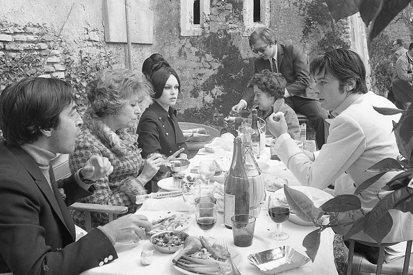 アラン・ドロン「Alain Delon, Brigitte Bardot and the film crew in a lunch break during the shooting of' Spirits of the Dead', Rome 1967」:写真・画像(17)[壁紙.com]