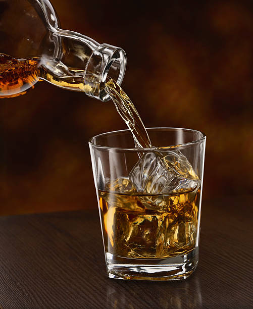 Whisky being poured in a tumbler, close up:スマホ壁紙(壁紙.com)