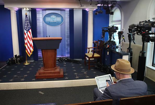 プレスルーム「Reporters From Multiple News Organizations Blocked From An Off-Camera White House Press Briefing」:写真・画像(5)[壁紙.com]