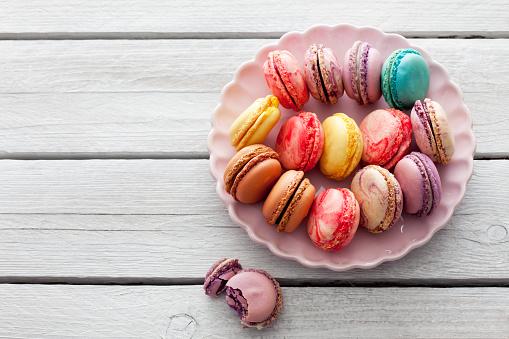 マカロン「Colorful macarons on plate」:スマホ壁紙(4)