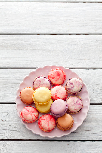 Sweets「Colorful macarons on plate」:スマホ壁紙(18)