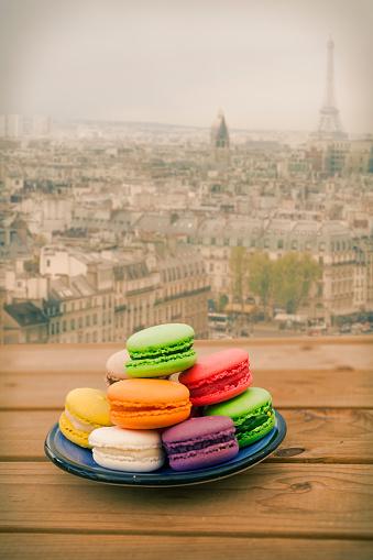 マカロン「カラフルなマカロンのほか、パリの眺め」:スマホ壁紙(9)