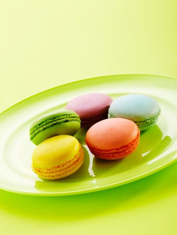 Cookie「Colorful macaroons on plate」:スマホ壁紙(11)