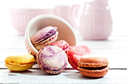 マカロン「Colorful macarons in bowl and on wood」:スマホ壁紙(13)