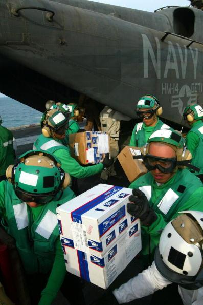 Joe Raedle「USS Constellation Celebrates Christmas」:写真・画像(15)[壁紙.com]