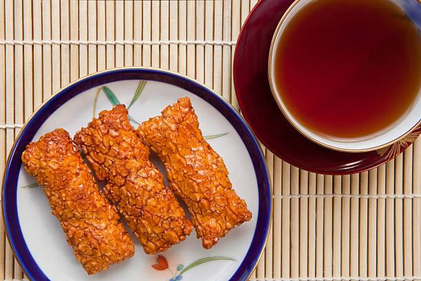 Senbei rice crackers with tea:スマホ壁紙(壁紙.com)