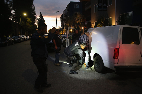 Law「ICE Agents Detain Suspected Undocumented Immigrants In Raids」:写真・画像(6)[壁紙.com]