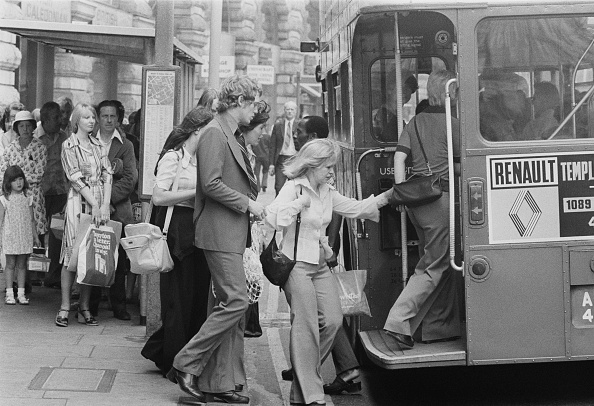 Finance and Economy「Queue for the Bus on Oxford Street」:写真・画像(18)[壁紙.com]