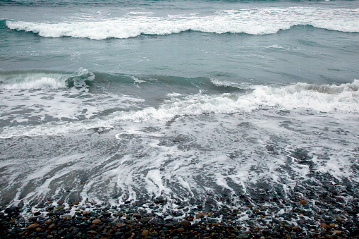 波「Retreating waves on a rocky beach with incoming waves beyond」:スマホ壁紙(0)