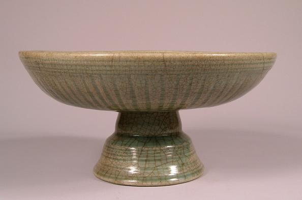 Flower Head「Flared stem bowl decorated with carved petals radiating form central flower-head」:写真・画像(14)[壁紙.com]