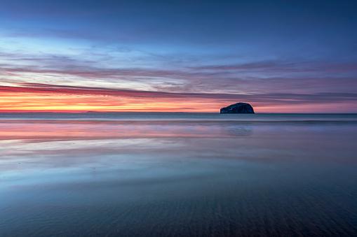 East Lothian「UK, Scotland, East Lothian, Bass Rock at sunset from Seacliff beach」:スマホ壁紙(14)