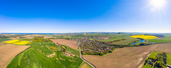 East Lothian「UK, Scotland, East Linton, Aerial panorama of sun shining over countryside town in summer」:スマホ壁紙(1)
