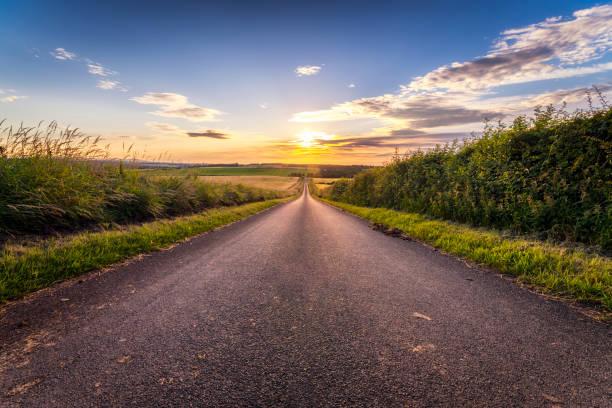 UK, Scotland, East Lothian, empty country road at sunset:スマホ壁紙(壁紙.com)