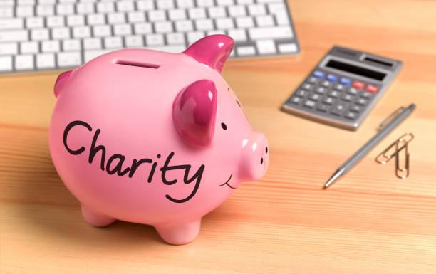Charity Pink Piggy Bank on desk:スマホ壁紙(壁紙.com)