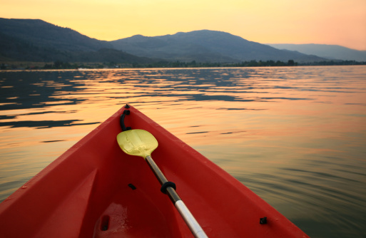 Canoe「Red Canoe on a Beautiful Mountain Lake」:スマホ壁紙(10)