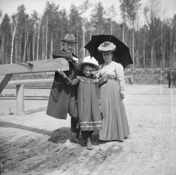 1900-1909「Parents with Young Daughter」:写真・画像(17)[壁紙.com]