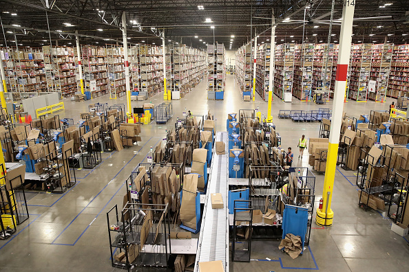 Warehouse「Amazon Hosts Jobs Day Across US To Hire 50,000 For Its Fulfillment Centers」:写真・画像(2)[壁紙.com]