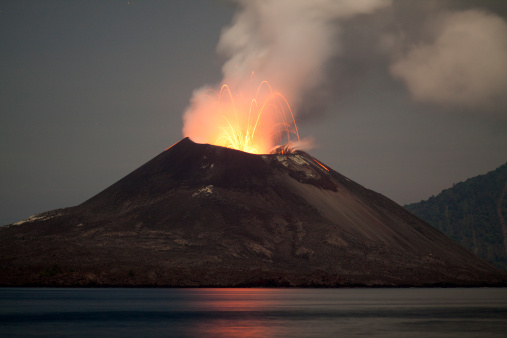 Anak Krakatau「Krakatau Volcano erupting at night - November 2011」:スマホ壁紙(1)