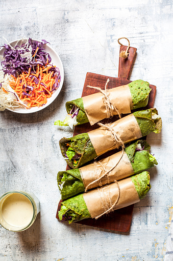 Stuffed「Lettuce wraps with spinach tortillas filled with lettuce, carrots and salad dressing」:スマホ壁紙(6)