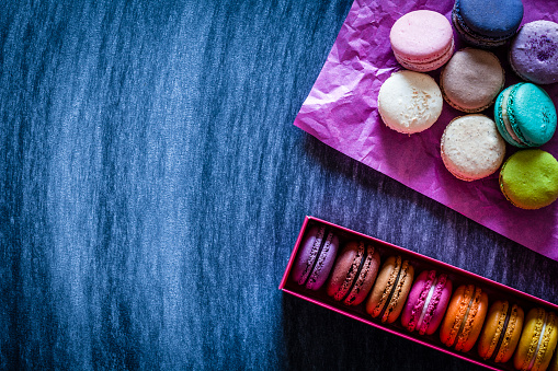 Sweet Food「Multi colored macaroons in a box shot on bluish tint table」:スマホ壁紙(7)