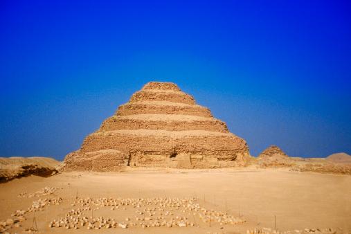 Ancient Civilization「Tourists walking toward the Step Pyramid of Zoser in Sakkara, Egypt」:スマホ壁紙(4)