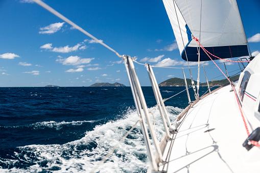 波「カリブ海の帆の下のヨットの側デッキを表示します。」:スマホ壁紙(17)