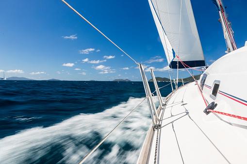 波「カリブ海の帆の下のヨットの側デッキを表示します。」:スマホ壁紙(19)