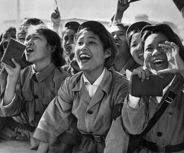 August「Members of red guards, holding The Little Red Book, cheering MaoZedong during a meeting to celebrate the Great Proletarian Cultural Revolution on Tien An Men square in Pekin on august 18, 1966」:写真・画像(14)[壁紙.com]