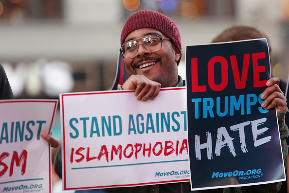 Super Tuesday「Americans Stand for Love & Against Trump's Hate Outside GMA」:写真・画像(8)[壁紙.com]