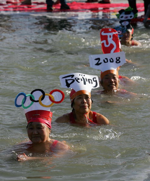 Focus On Foreground「Chinese Wintertime Swimmers Immerse In Icy Lake」:写真・画像(1)[壁紙.com]