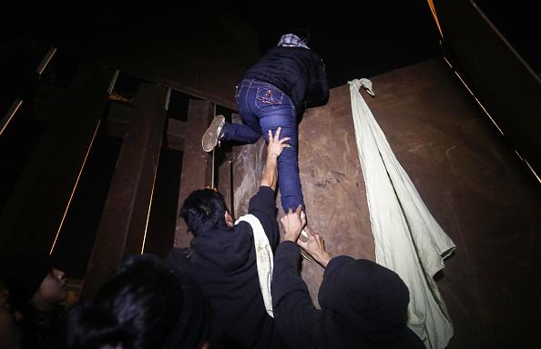 Baja California Peninsula「Immigrant Caravan Members Continue To Gather At U.S.-Mexico Border Waiting To Apply For Asylum」:写真・画像(18)[壁紙.com]