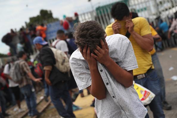 ヒューマンインタレスト「Migrant Caravan Crosses Into Mexico From Guatemala」:写真・画像(2)[壁紙.com]