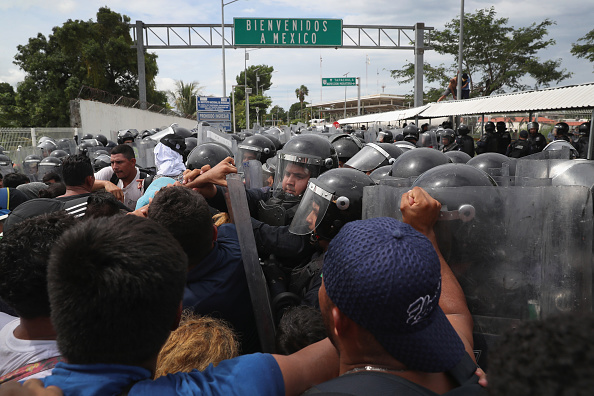 Refugee「Migrant Caravan Crosses Into Mexico From Guatemala」:写真・画像(8)[壁紙.com]