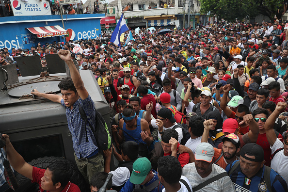 ヒューマンインタレスト「Migrant Caravan Crosses Into Mexico From Guatemala」:写真・画像(3)[壁紙.com]