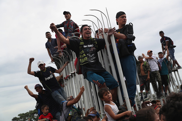 ヒューマンインタレスト「Migrant Caravan Crosses Into Mexico From Guatemala」:写真・画像(5)[壁紙.com]